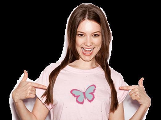 נערה עם חולצה של פי free