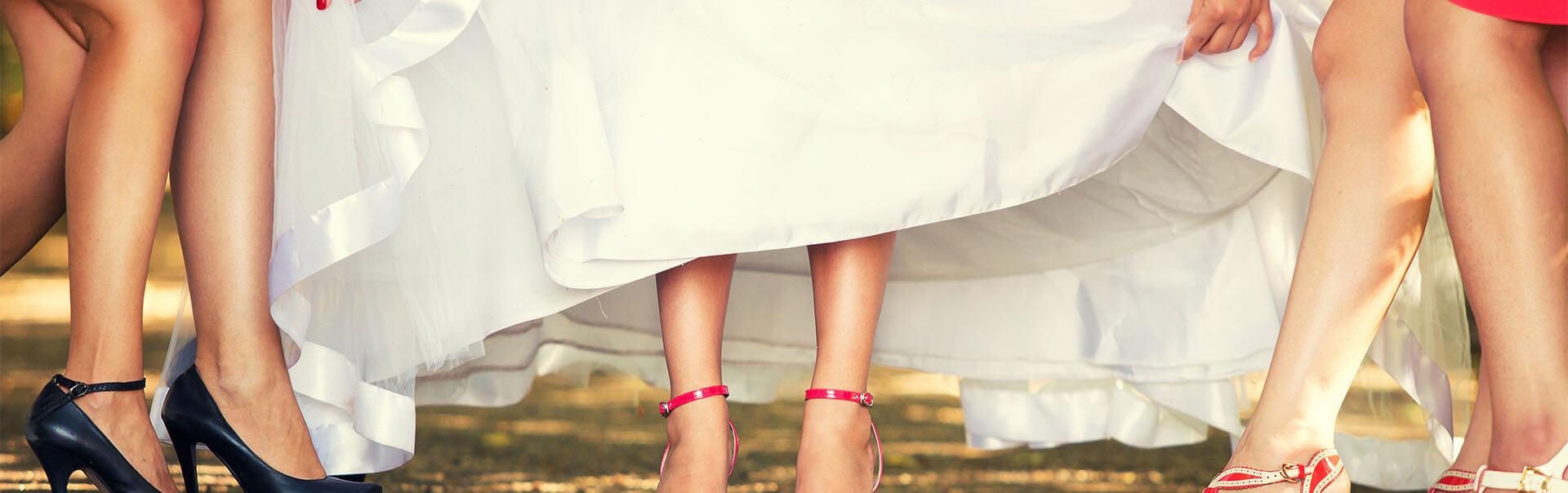 בנות עוזרות לכלה להרים את השמלה
